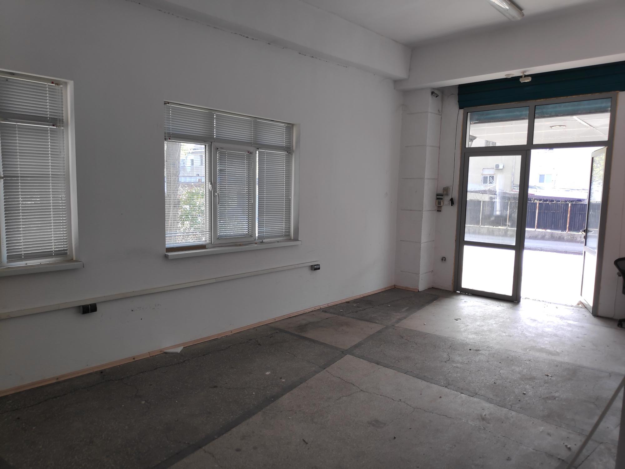 Офис/магазин - приемна с 5 помещения + склад
