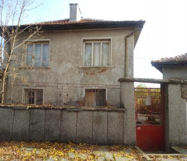 Къща - 2 етажа, с двор.